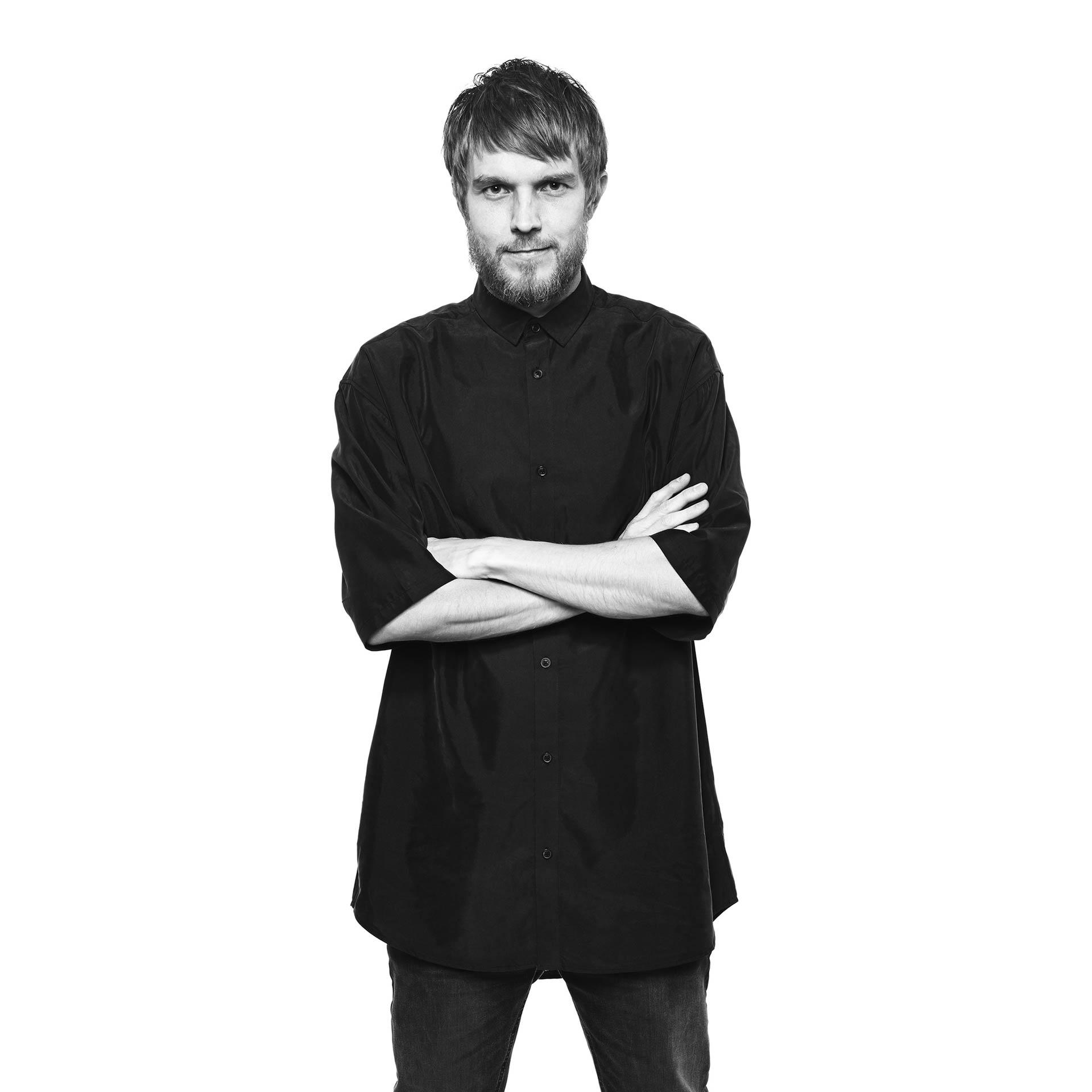 將雙手叉在胸前的 IKEA 設計師 Henrik Preutz