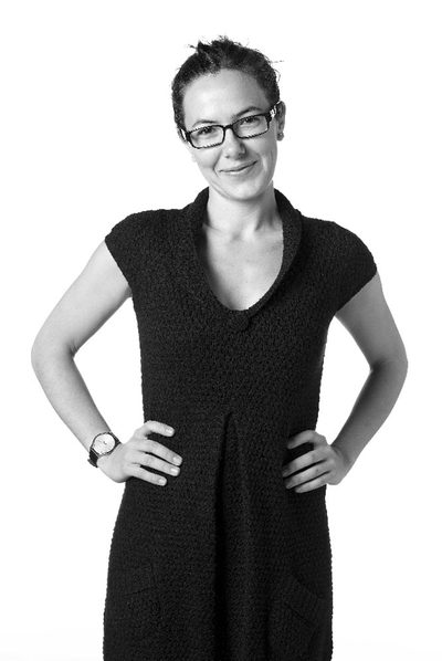 雙手叉腰並親切微笑的 IKEA 設計師 Inma Bermúdez