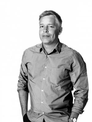 捲起袖子,雙手插口袋的 IKEA 設計師 Henrik Preutz